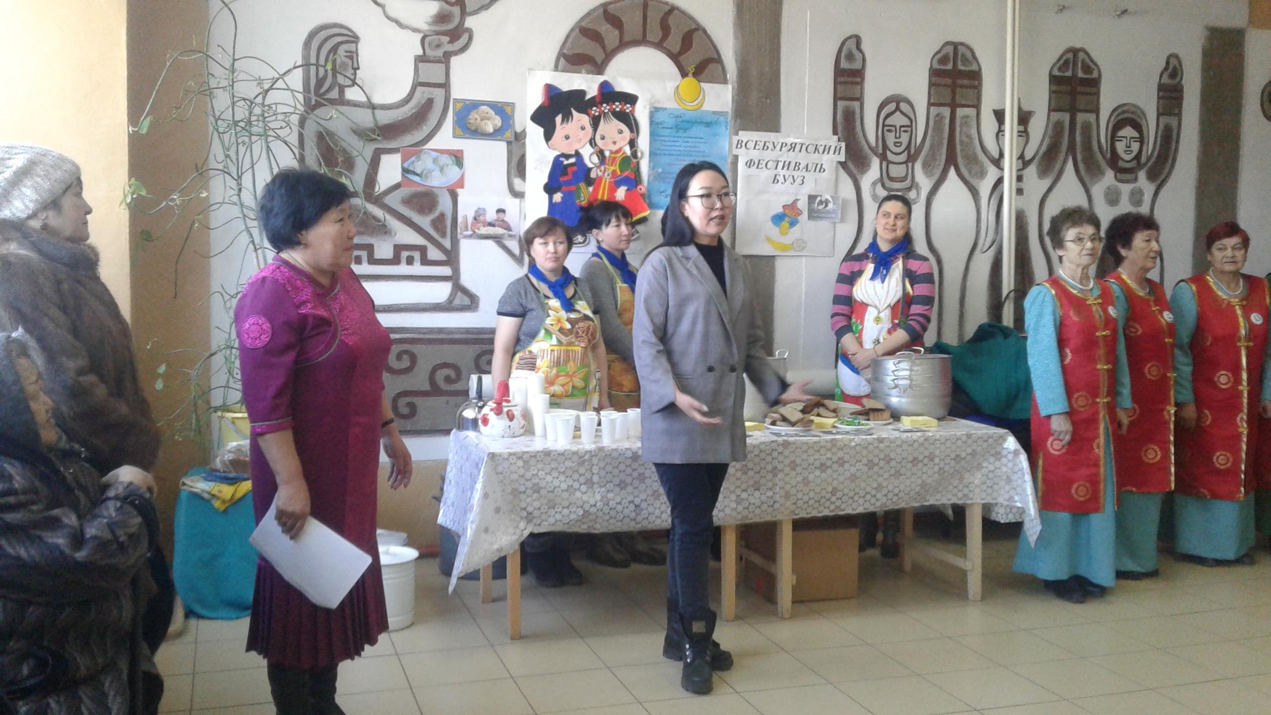 В рамках благотворительной акции члены Союза пенсионеров угощали буузами пожилых людей и многодетные семьи